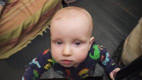 Младенец достигает вне к камере сток-видео