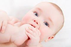младенец его всасывая пец ноги Стоковое Фото