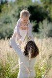 младенец ее детеныши мати удерживания Стоковое Фото