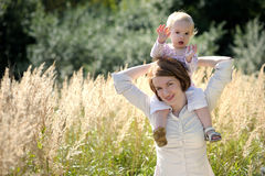 младенец ее детеныши мати удерживания Стоковое Изображение RF
