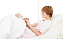 младенец ее мать играя сынка Стоковая Фотография
