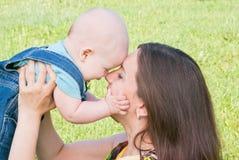 младенец ее целуя мама Стоковые Изображения RF