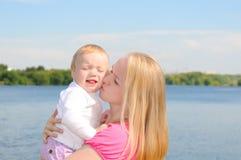 младенец ее целуя мать Стоковое Изображение RF