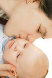 младенец ее целуя мать Стоковая Фотография