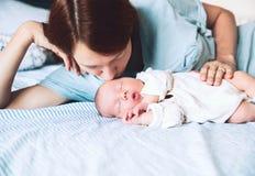 младенец ее целуя мать newborn Стоковые Фотографии RF