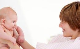 младенец ее newborn играя женщина Стоковое Изображение RF