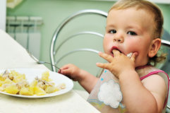 младенец есть девушку Стоковое Изображение