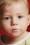 младенец есть еду стороны стоковое изображение rf