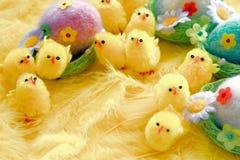 Младенец желтая пасха забавляется цыпленоки и яичка на предпосылке пер Праздничная поздравительная открытка Стоковая Фотография RF