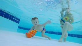Младенец займет игрушка от дна бассейна акции видеоматериалы