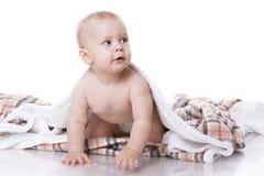 Младенец играя на шотландке стоковые фотографии rf