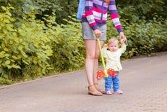 Младенец идет с мамой Стоковая Фотография RF