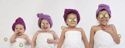 Младенец и маленькие ребята с масками глаза огурца стоковая фотография