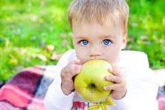 Младенец и яблоко стоковое изображение