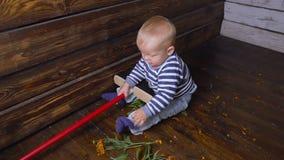 Младенец и mop на поле акции видеоматериалы