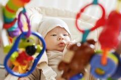 Младенец кладя в стул хвастуна стоковое фото rf