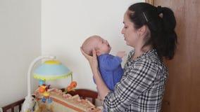 Мама играет с младенцем видеоматериал