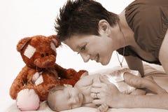 младенец любящим вахтой мати стоковое изображение