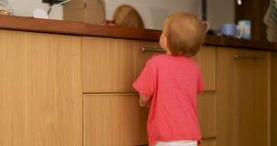Младенец меньшие ноги на деревянном стуле кухни акции видеоматериалы