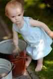 младенец меньший гуляя ярд Стоковая Фотография