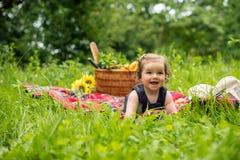 Младенец на пикнике в парке Стоковые Изображения