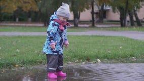 Младенец на прогулке в парке акции видеоматериалы