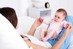 младенец немногая newborn играть стоковое фото