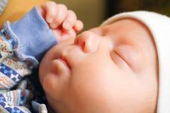 Младенец падает уснувший в оружиях его матери в спальне стоковое фото rf