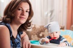 младенец подавая ее детеныши женщины портрета Стоковое фото RF