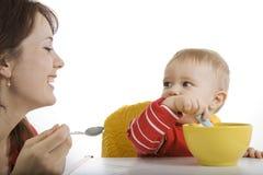 младенец подавая ее мать Стоковое Изображение RF