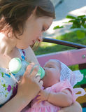 младенец подавая ее мать Стоковая Фотография