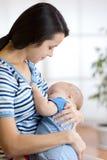 Младенец подает на молоке грудей ` s матери стоковые фотографии rf