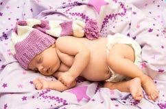 Младенец портрета newborn сладостно сон в длинной шляпе гнома стоковые изображения