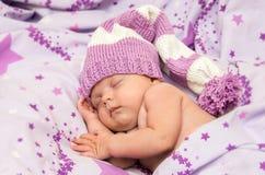 Младенец портрета newborn сладостно сон в длинной шляпе гнома стоковая фотография rf