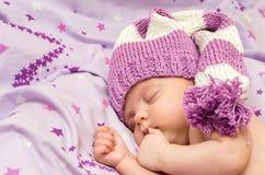 Младенец портрета newborn сладостно сон в длинной шляпе гнома стоковое фото rf
