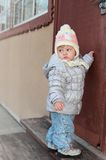Младенец потехи стучая на двери дома Стоковые Изображения