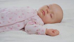Младенец просыпая вверх от сна стоковые фото