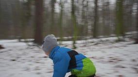 Младенец свертывает вниз снежную гору сток-видео