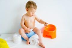 Младенец сидя на горшочке стоковое изображение
