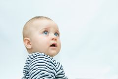младенец смотрит на s стоковое фото rf