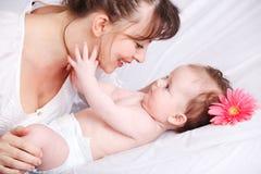 младенец смотря мать стоковая фотография rf