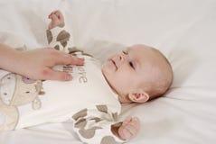 младенец смотря мумию стоковая фотография rf