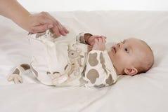 младенец смотря мумию стоковые фотографии rf