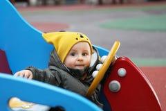 Младенец со смешной желтой шляпой и курткой зимы стоковая фотография rf