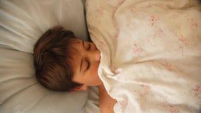 Младенец спать в кровати под отслеживать крана одеяла видео- видеоматериал