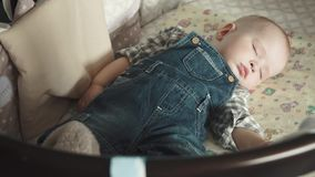 Младенец спит в вашгерде сток-видео