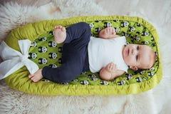 Младенец спит в кровати Здоровый маленький младенец скоро после рождения Стоковые Изображения RF