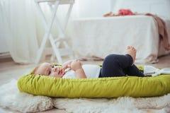 Младенец спит в кровати Здоровый маленький младенец скоро после рождения Стоковая Фотография