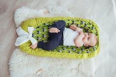 Младенец спит в кровати Здоровый маленький младенец скоро после рождения Стоковые Фотографии RF