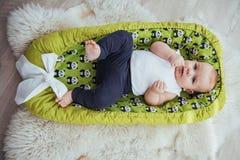 Младенец спит в кровати Здоровый маленький младенец скоро после рождения Стоковое фото RF